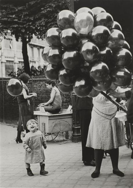 Brassaï: La marchande de ballons, Paris, 1931.