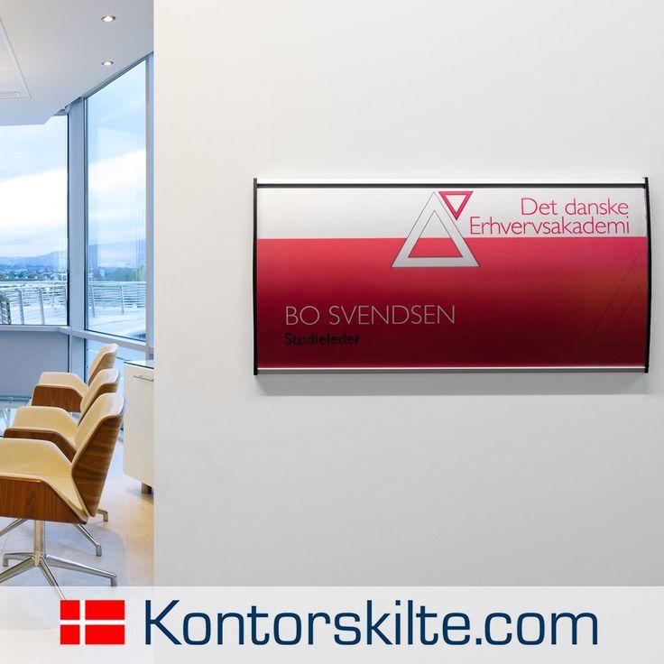 Informations / væg skilt til kontor. Dette vægskilt har mange muligheder, det er let og enkelt at skifte printet hvis du får en ny medarbejder.