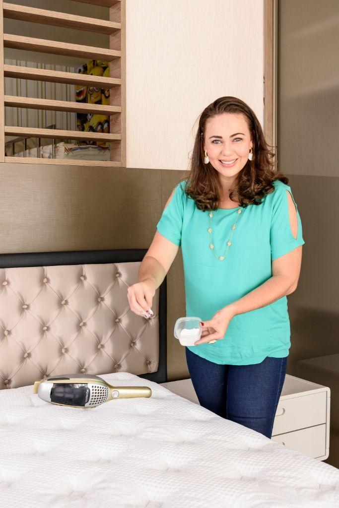 Confira a dica para higienizar e conservar seu colchão: Mantenha o colchão higienizado limpando uma vez por semana com bicarbonato de sódio. Remova os lençóis e espalhe o bicarbonato por todo o colchão. Deixe agir por 30 minutos e depois aspire. Esse procedimento elimina cheiro de suor, remove ácaros e poeira. OUTRAS DICAS DE…