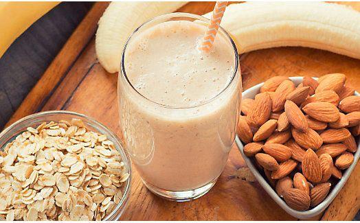 Ein Protein-Smoothie mit Haferflocken, Bananen und leckeren Mandeln. Jetzt ausprobieren!