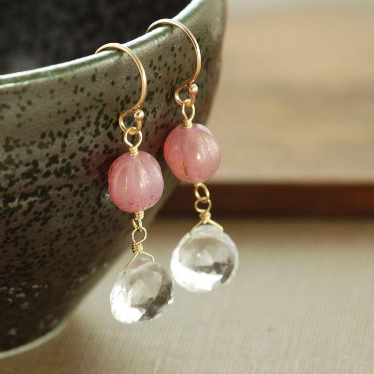 Boucles doreilles faits à la main avec or perles de tchèques roses mouchetées avec facettes effacer pierres quartz balançant ci-dessous. Ceux-ci ont un joli millésime se sentent et apportent une touche féminine à nimporte quel ensemble. Longueur totale ~ 1 1/2 po (3,8 cm) Quartz ~ 9 x 9 mm Voir plus ~ Http://www.etsy.com/shop/aubepine?section_id=6718998-boucles doreilles argent Http://www.etsy.com/shop/aubepine?section_id=6307607-boucle...