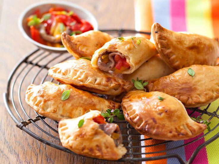 Avec les lectrices reporter de Femme Actuelle, découvrez les recettes de cuisine des internautes : Mini-empanadas aux poivrons et anchois