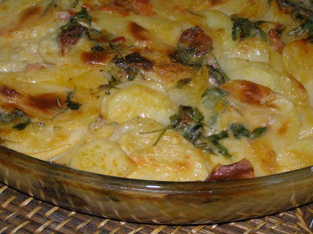 Ingredientes:  6 Batatas médias picadas em lascas ou pedaços grandes  1 xícara de bacon picado  1 xícara de linguiça calabresa picad...