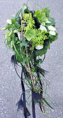 Brudbukett Bridal flowers. Chrysanthemum Anastasia green, helleborus, lisianthus, roses Akito and Wimbledon http://holmsundsblommor.blogspot.se/2011/07/dramatiskt-med-svarta-detaljer.html 110702