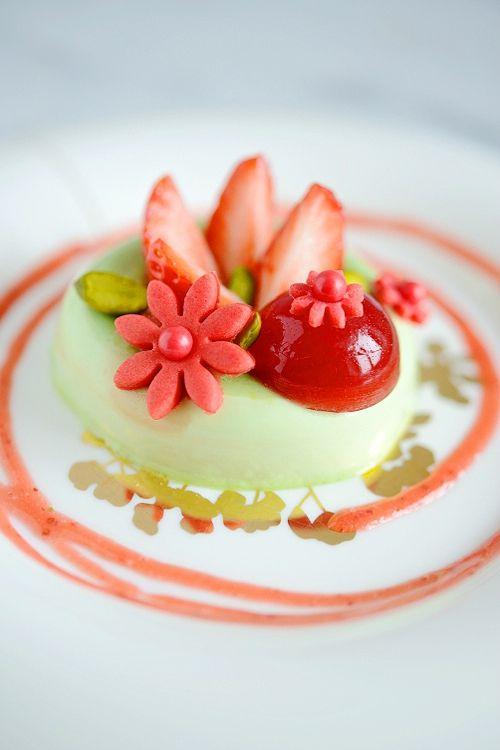 Panna cotta pistache, fraises fraîches et gelée de fraise