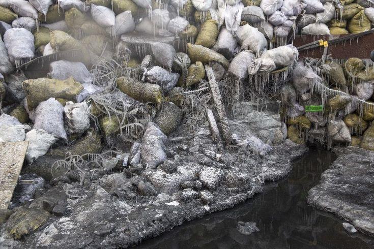 25.01.2014 r., Ukraina, Kijów: Zamarznięta barykada w pobliżu stadionu Dynamo Kijów.  (Foto: Rob Stothard/Getty Images)