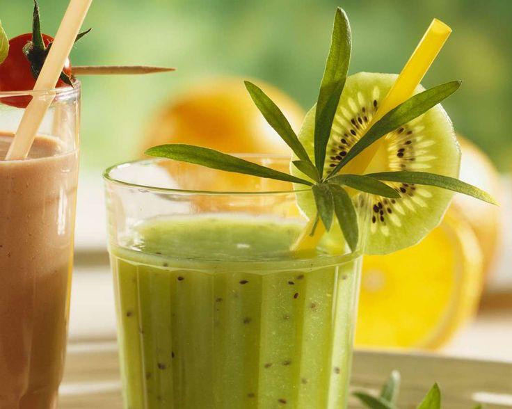 Kiwi-Gurken-Smoothie mit Estragon | Zeit: 15 Min. | http://eatsmarter.de/rezepte/kiwi-gurken-smoothie-mit-estragon