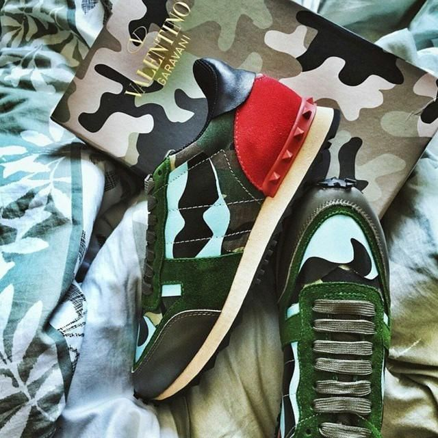 Sneakers camufladas de Valentino.