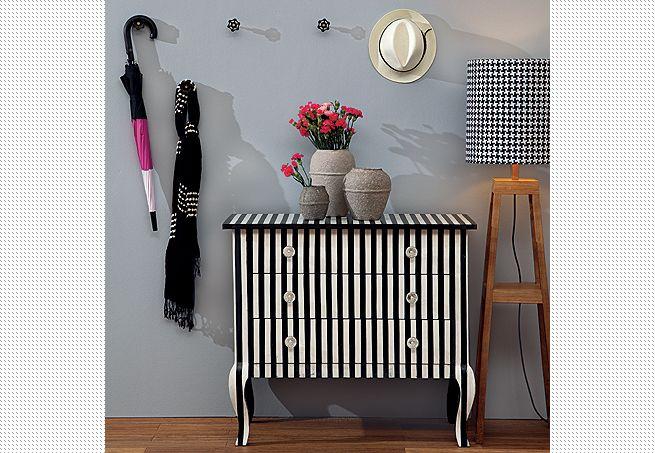 O registro de gaveta virou gancho de parede e agora segura casaco, bolsa, chapéu e guarda-chuva. Para instalá-lo, basta eliminar a parte circular do conjunto e parafusá-lo na parede