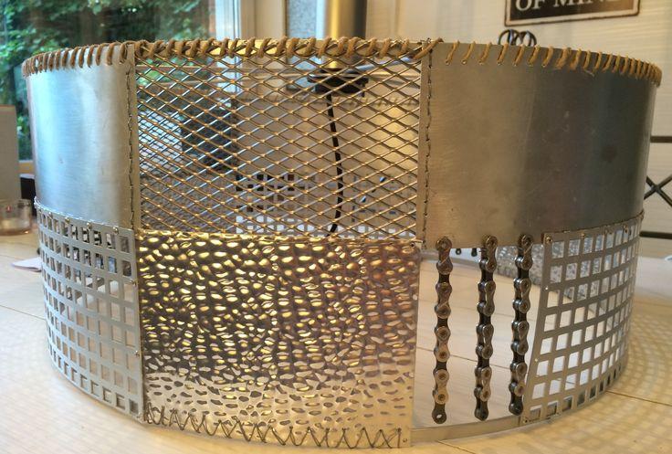 Lampa: Material aluminium, cykelkedja, hampasnöre.