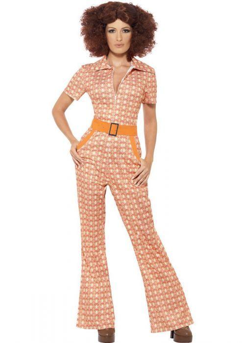 Oranje Hippie Jumpsuit Een leuk vrolijk hippie kostuum met een fel gekleurd patroon in oranje tinten. De oranje hippie jumpsuit heeft een witte rits aan de voorzijde met een kraagje aan de bovenkant. De steekzakken aan de zijkant zijn afgewerkt met oranje, in de taille zit een brede oranje riem met zilveren gesp. Een leuk oranje hippie jumpsuit voor een Disco Fever 70's of 60's feestje of naar een oranje feest zoals koningsdag!