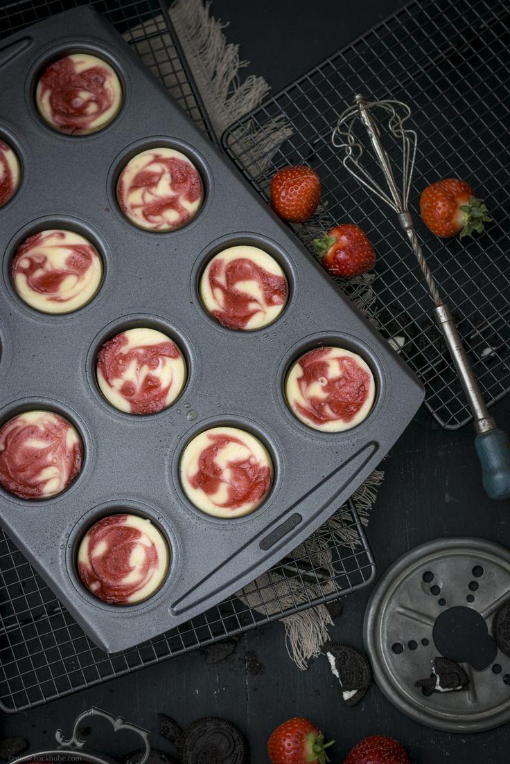 Mini-Cheesecakes mit Oreoboden und Erdbeerpüree