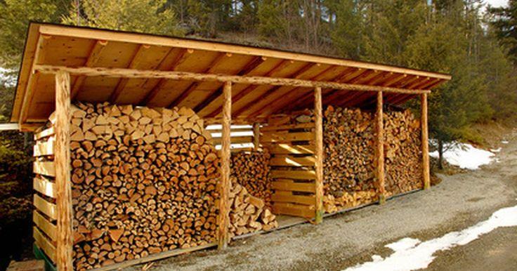 Diseños para construir un cobertizo de madera para almacenar leña. Los cobertizos de madera necesitan sólo un piso y un techo para mantener la leña fuera de las inclemencias del clima y almacenada convenientemente para su uso en campamentos o en el invierno. Sin embargo, el diseño específico dependerá de tu entorno familiar. Hay muchas fuentes de diseños de cobertizos de madera para leña en libros, revistas y ...