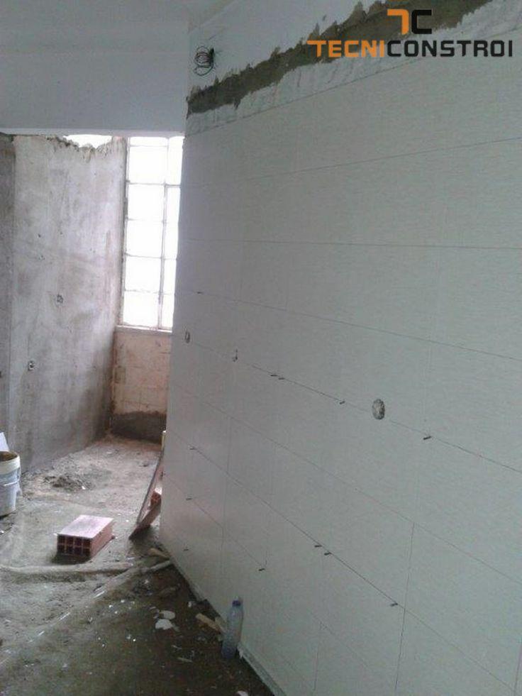 TECNICONSTROI - Projecto 222 | Remodelação do apartamento - Colocação de ladrilhos nas paredes da cozinha.