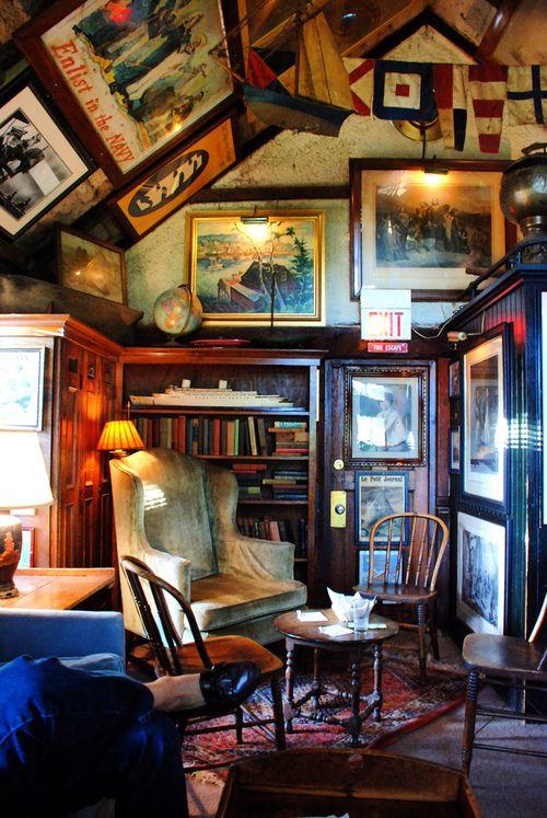 Fantastisk pub i NY. Tavlor på snedtaket.