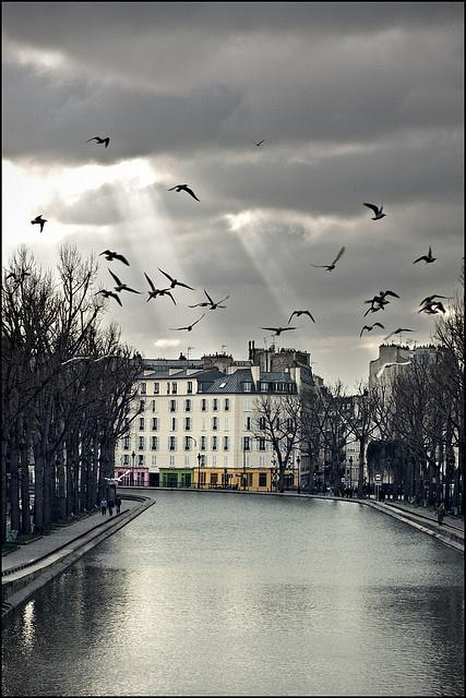 Paris - Canal Saint-Martin - è un canale lungo 4,55 km (di cui 2 km al coperto), che corre interamente all'interno dei quartieri orientali di Parigi, collegando la Senna, attraverso il bacino dell'Arsenale, con il Bacino della Villette e più oltre con il Canal de l'Ourcq.(Wikipedia)