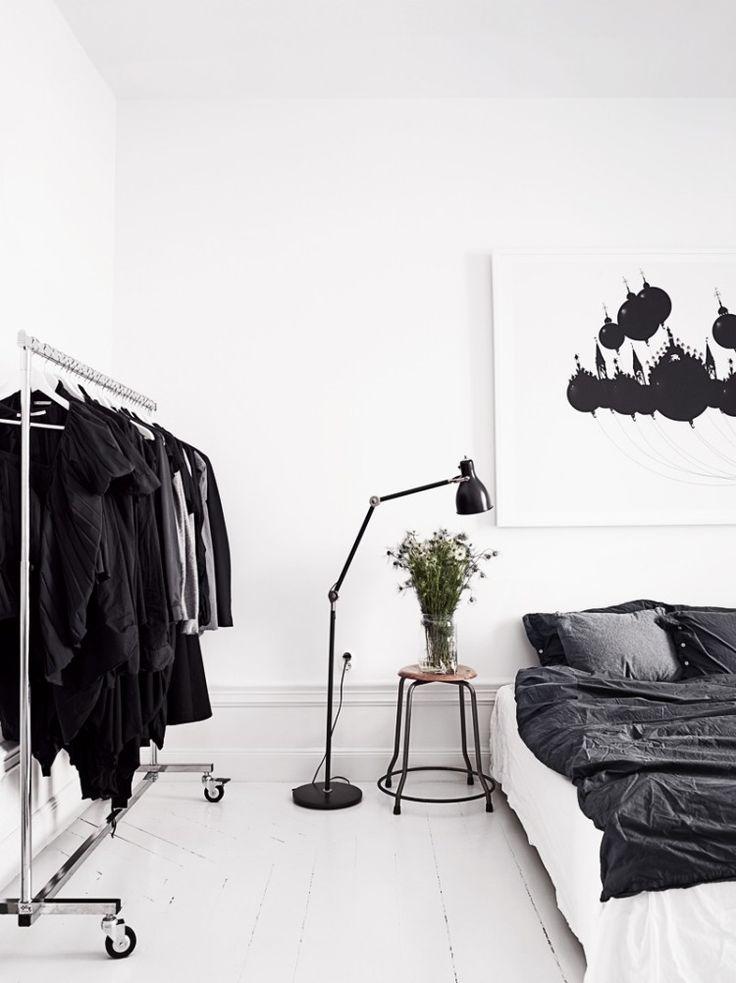 minimalistisch eingerichtetes Schlafzimmer in Schwarz und Weiß