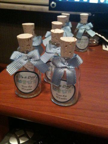 Baby shower için hediyelik naftalin şişeleri
