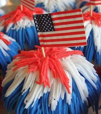 The Cupcake Activist: Fourth of July Cupcakes. Want it as big as a cake? http://www.jennyreviews.com/food-and-beverage/big-top-cupcake/