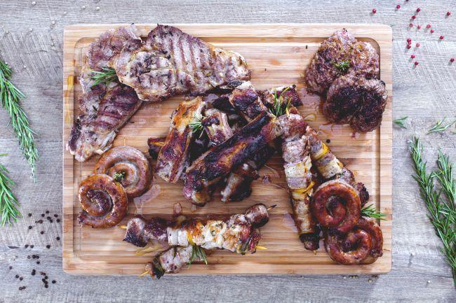 La grigliata di carne è perfetta da condividere con gli amici durante una gita fuori porta a base di bistecche, salsiccia e spiedini arrostiti!