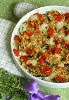 Un modo gustoso e saporito di provare le melanzane gratinate:con pomodorini e mozzarella filante! Prova in pochi passaggi le ricetta alternativa: