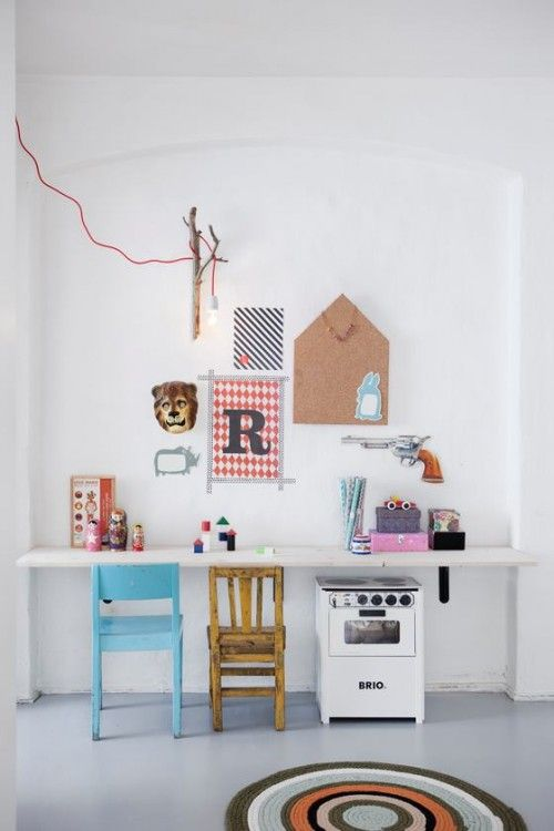 Hylde på væggen til at tegne ved og opbevare legetøj under