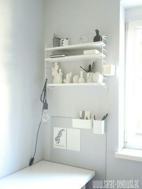Stauraumlösung neben dem Schreibtisch mit DIY Pinnwand