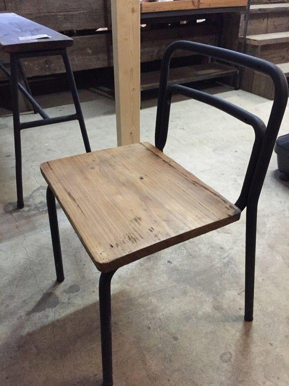 人気の『学校のイス』をリメイク!座面は古い木材を使用し、スタイリッシュでどこか懐かしい、ほっこりとした印象を与えるデザインにしております。サイズはH=670mmW=440mmD=430mm