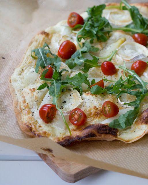 Flammkuchen mit weißem Spargel, Ziegenkäse, Tomaten und Rucola