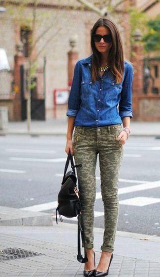 Look de moda: Camisa Vaquera Azul, Pantalones Pitillo de Camuflaje Verde Oliva, Zapatos de Tacón de Cuero Negros, Mochila de Cuero Negra