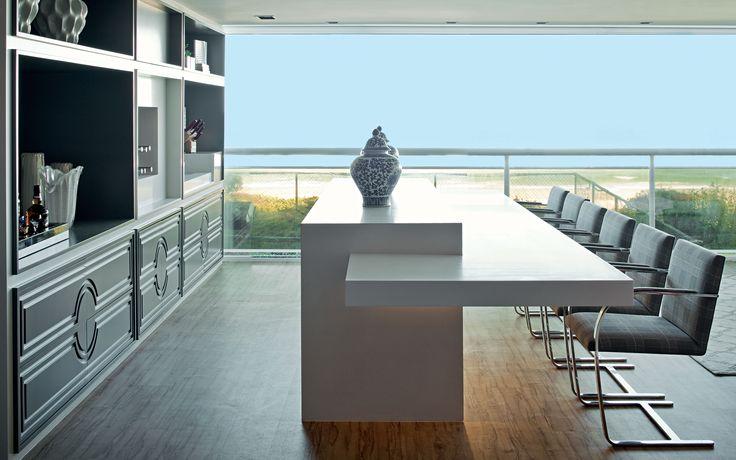 Cores leves e praianas, como o azul, branco e cinza, compõem o décor de estilo contemporâneo e toques ousados neste apartamento de 400 m² em Florianópolis. Projeto Ana Campos.