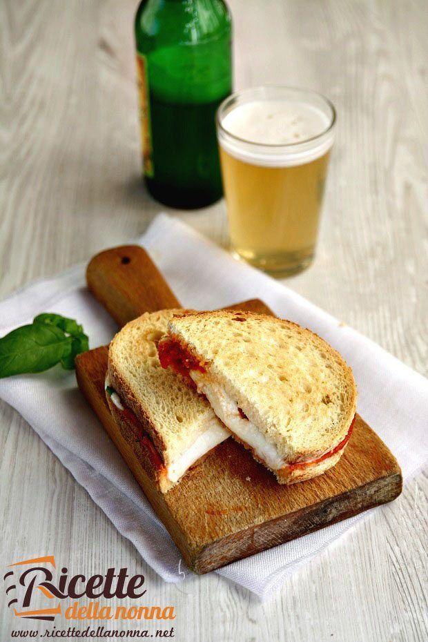 L'articolo Pizza toast proviene da Ricette della Nonna. Accendete il forno a 200 °C. Rivestite la teglia con un foglio di carta forno e sistemateci sopra 4 fette di pane. Sgocciolate le mozzarelle e t