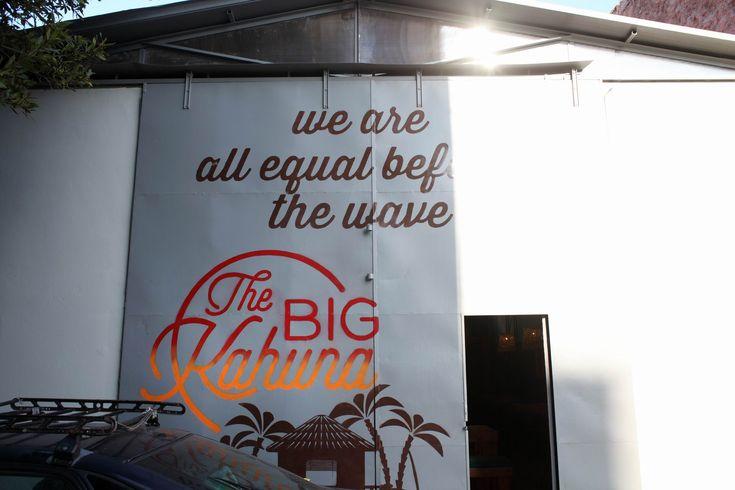 Σε ένα πρώην συνεργείο του Κεραμεικού, μια καλύβα φέρνει κύματα umami γεύσεων από μια ομάδα που εκτός από κρέας κροκόδειλου πουλάει και τρέλα.