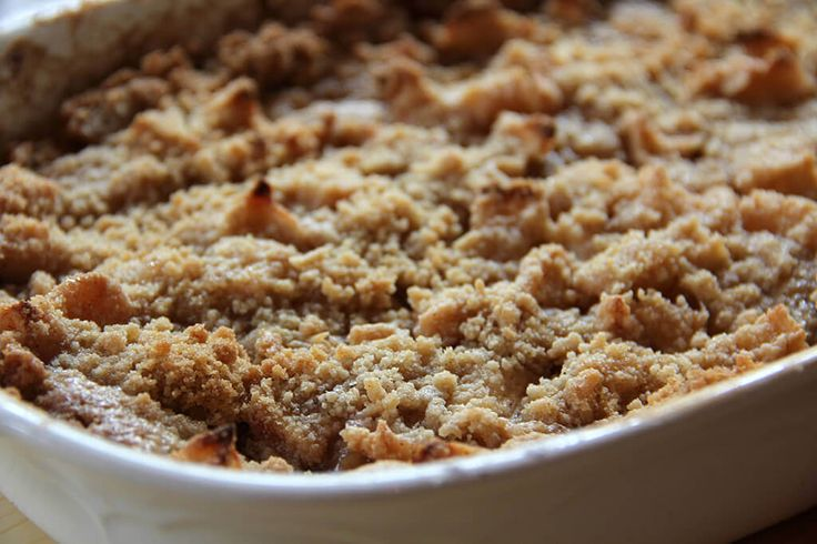 Apple crisp without oats, with a streusel topping that's easy and quick to prepare and full of flavors from brown sugar and cinnamon.