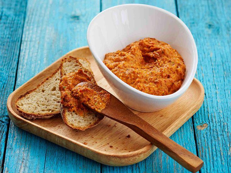 Erilaiset tahnat sopivat levitteiksi, dipeiksi sekä mehevöittämään ruokaa. Kokeile paprikatahnaa leivän päällä, voileipäkakun täytteenä tai dippikastikkeena.