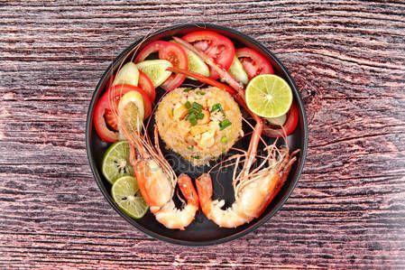 Скачать - Жасмин жареный рис с большие креветки в форме сердца — стоковое изображение #146076875