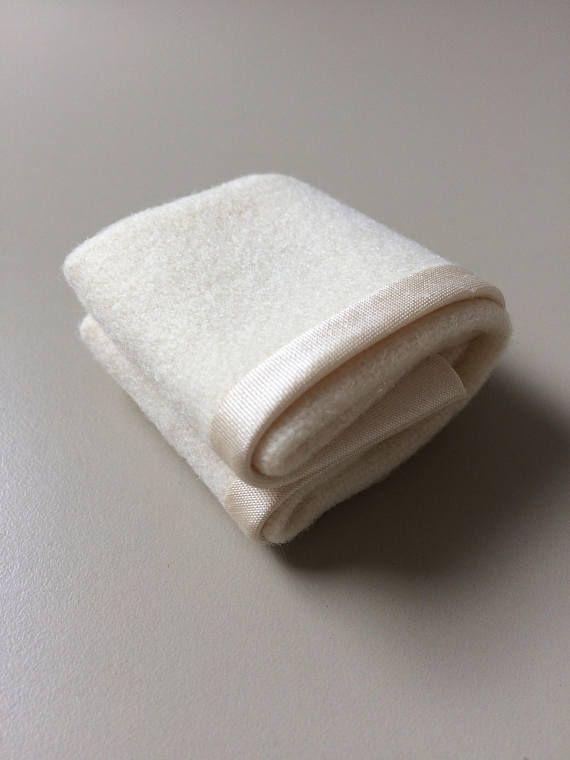 Dobla la manta de lana crema con un ribete de seda. Los pliegues se cosen en su lugar. Coloque la manta doblada en una cama o utilizarla para llenar armarios y baúles de manta. Utilice la manta doblada con otros artículos de mi gama de ropa de cama de miniatura para crear un hogar ocupado. Medidas de 1 1/2 X 1 1/2 - 40mm X 40 mm.