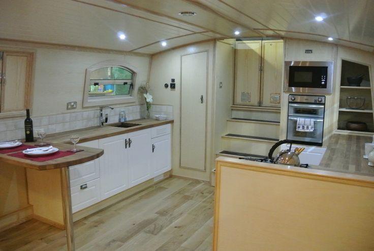 Beautiful Luxury Widebeam 70'x12' boat