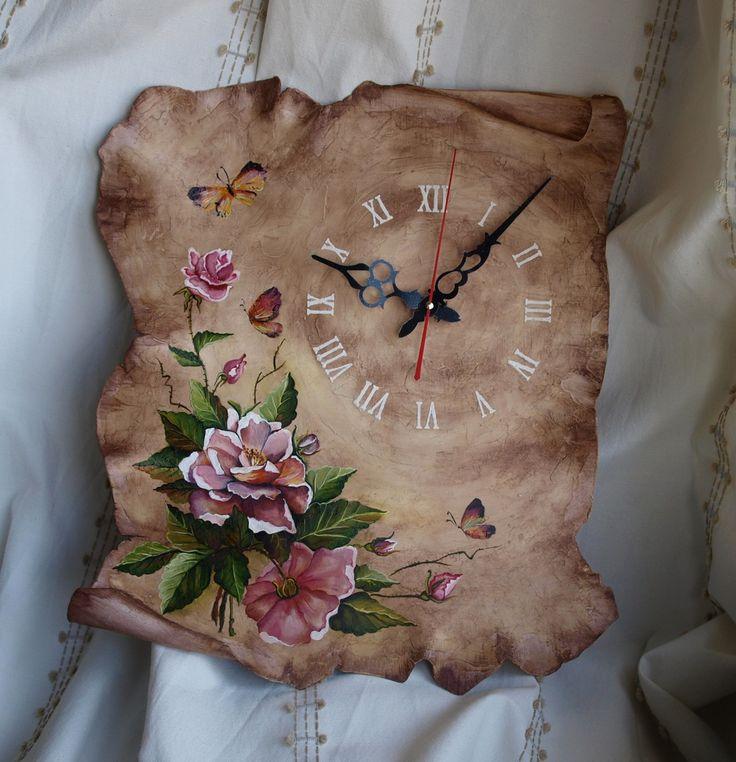 """Невероятно симпатичные настенные часы """"Botanique"""", создающие в доме теплую, летнюю атмосферу. Выполнены в виде свитка, благодаря чему выгодно выделяются на стене, имеют рельефную поверхность под штукатурку и расписаны вручную маслом! Тема настенных часов содержит рисунок в стиле """"ботаника"""" #часы#часынастенные#часысвиток#часысбабочкой#часысцветами#интерьерныечасы#авторчкиечасы#ботаника#rustikka#wallclock#botanica#botanique"""