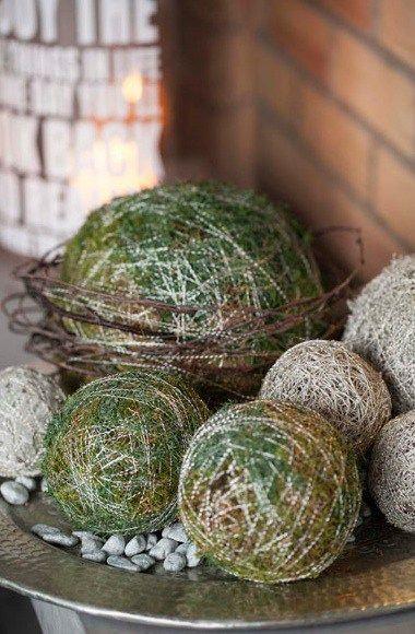 Disse fine kulene av oasis surret med mose og sølvkrans er fine juledekorasjoner på julebordet, i inngangspartiet eller på et fat. De er enkle å lage, man trenger ikke mye materialer og det tar ikk…