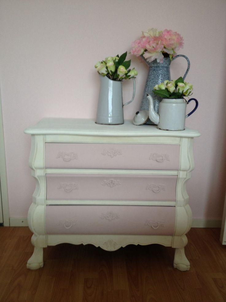 Buikkastje, geschilderd met Annie Sloan krijtverf Pure white en Antoinette.