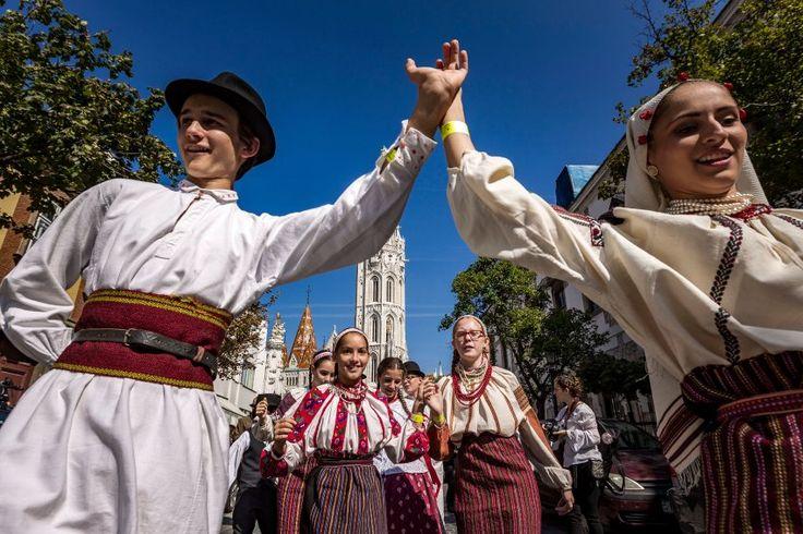 Umzüge in traditioneller Tracht, Bühnenprogramm und Verkostungen machen das Budapester Weinfest zu einem der besten in Europa.