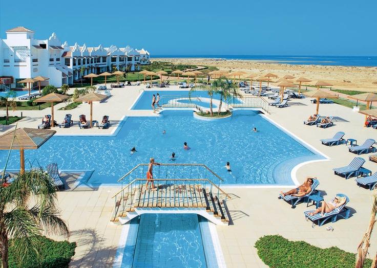 Lahami Bay Beach Resort***** is een prachtig, luxe en ruim opgezet resort. Het is heerlijk rustig gelegen, zeer ver weg van de alledaagse drukte. Ideaal voor echte rustzoekers.     Het hotel beschikt over een mooie tuin met een groot zwembad en zonneterras met ligbedden en parasols. Heerlijk ontspannen kunt u in het wellnesscenter met Turks bad, sauna, jacuzzi en tegen betaling diverse massage. Ook biedt het hotel vele sportfaciliteiten. Daarnaast heeft u een ruime keuze aan bars en…