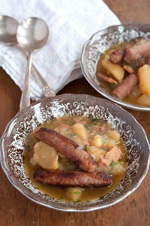 Dublin Coddle: Traditional Irish recipe for Dublin Coddle, a delicious combination of onions, potatoes, bacon, and sausages