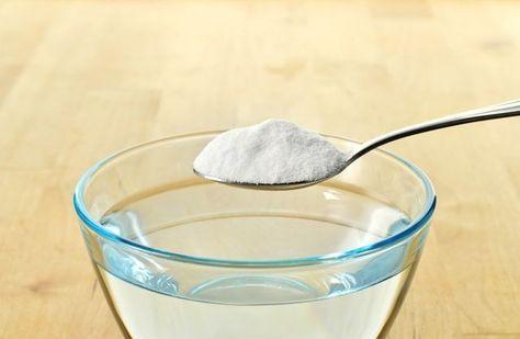 シミ抜き魔法水の作り方 <材料> 食器用中性洗剤…3滴 衣類用酸素系液体漂白剤…小さじ3杯 重曹…小さじ1 水は不要でこれらの材料を混ぜ合わせれば完成。 例えば、シミがついたワイシャツに使うときはシミの部分に乾いたキレイなタオルを敷き、魔法水をつけた歯ブラシで上からトントン叩く。あとはタオルのキレイな面に移動しながら、再びトントンを繰り返していけばOK! 魔法水を上手に使ための注意したいポイントは3つ。 ・水洗いNGの衣類に使う場合は注意。素材によっては色落ちすることもある。 ・魔法水は作り置きすることが出来ない。使う直前に作成し、3時間以上経ったら捨てる。 ・泥による汚れやインクの汚れには効果が期待できないので注意。