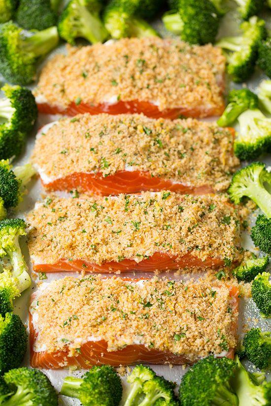 Ein Blatt Pan Parmesan Crusted Lachs mit geröstetem Brokkoli |  Kochen nackt