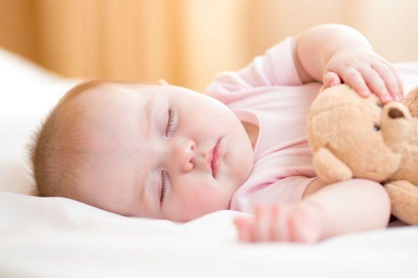 bebe com naninha dormindo