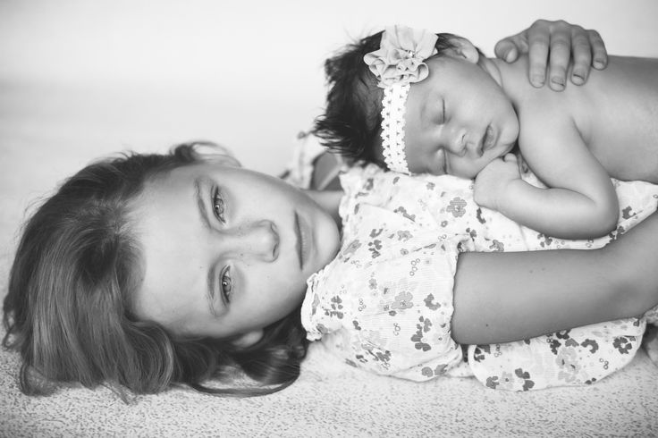 Big sister and little sister, newborn picture - Brianna Rannells Photography