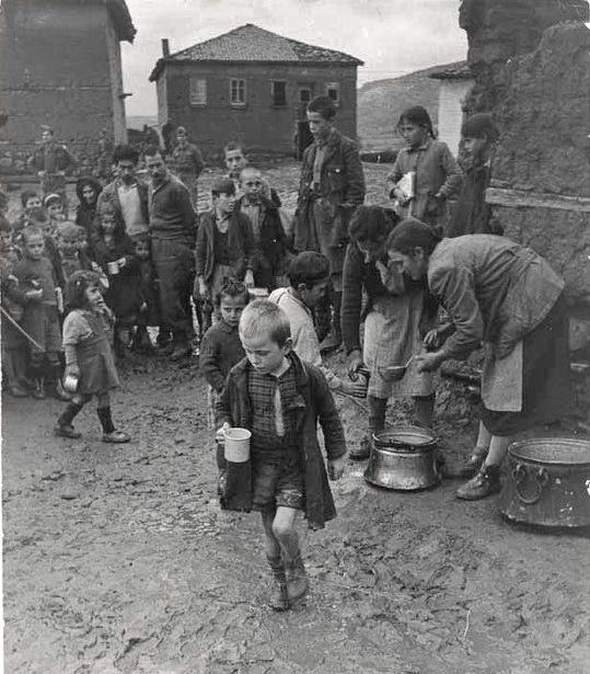 David Seymour Διανομή γάλακτος με κακάο σε ένα λασπωμένο σχολείο (1948)