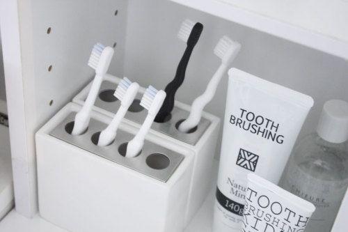 白い陶器のスタイリッシュな歯ブラシスタンド +洗面収納 | WAGAYA ... 白くシンプルなサニタリー雑.jpg